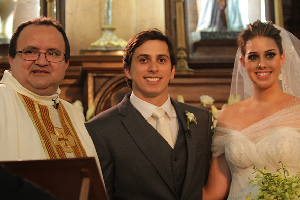 Padre Tiaraju ao lado dos noivos Daniel Asfora e Gabriela Maranhão. Crédito: Roberto Ramos/DP