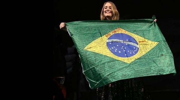 Adele já posou com a bandeira do Brasil show - Crédito: Reprodução/Portal Adele Brasil