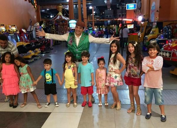 O Tio Bruninho com alguns dos modelos mirins - Crédito: Reprodução/Facebook