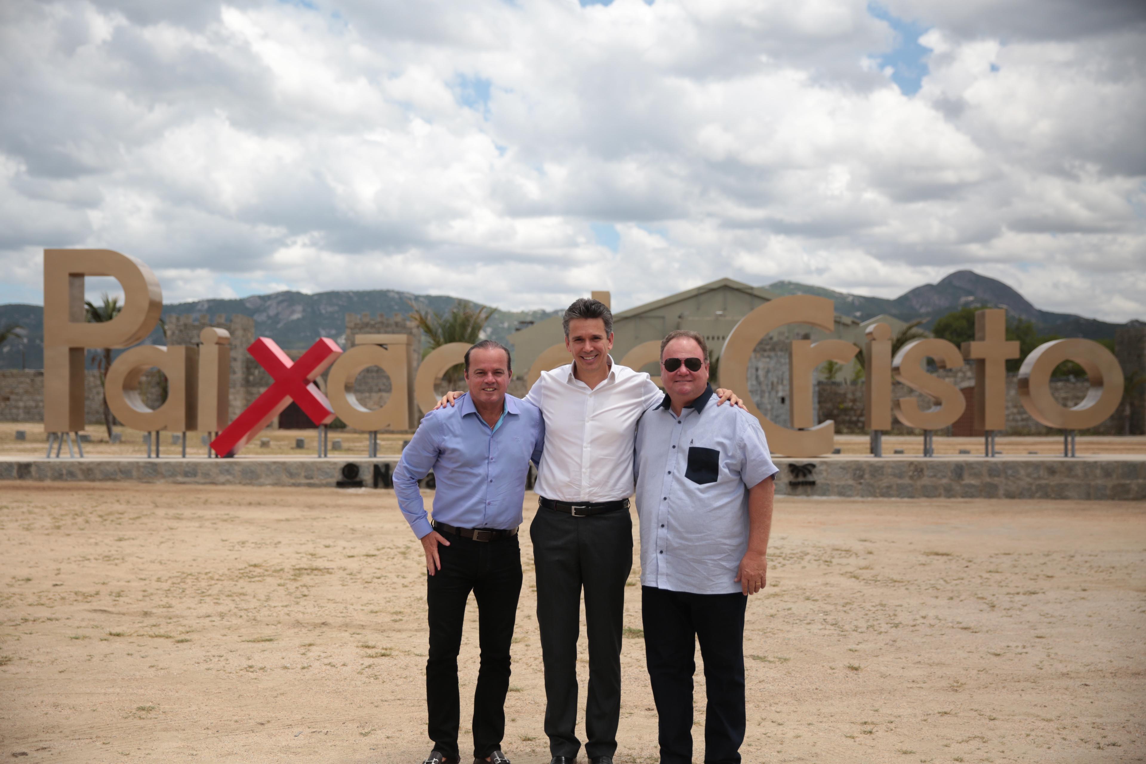 Iuri Leite, Felipe Carreras e Robinson Pacheco diante do cartaz em Fazenda Nova