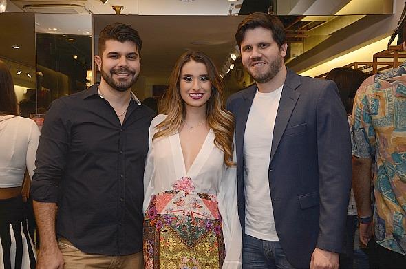 Luiz campos, Juliana Markan e Diego Carreras inauguraram a Ville Vie com festa - Crédito: Larissa Nunes/Divulgação