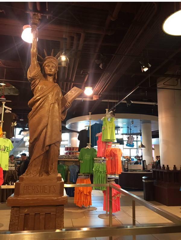 Estátua da Liberdade em chocolate na loja da Hersheys