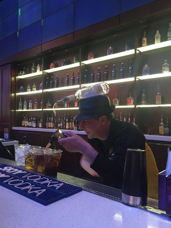 Barman dá show na rua de Freemont