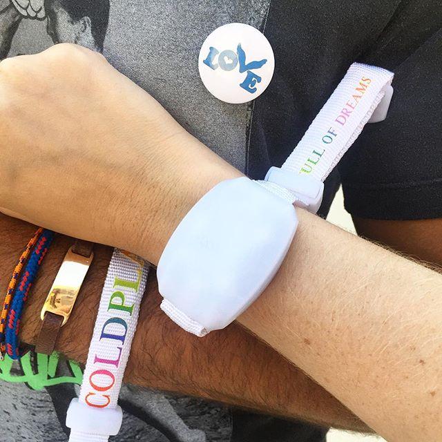 Convidados recebiam uma pulseira luminosa e um botton na entrada do Maracanã - Crédito: Thayse Boldrini/DP