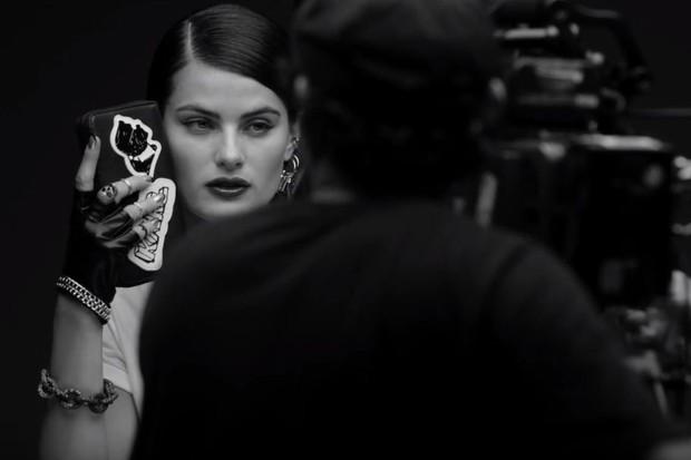 Isabelli Fontana estrela campanha de Karl Lagerfeld para a Riachuelo - Crédito: Reprodução/Vogue