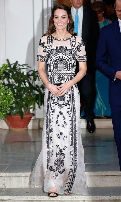 O conjunto de top cropped e saia Temperley London foi usado durante festa em comemoração ao aniversário da Rainha Elizabeth II - Crédito: Reprodução/Vogue