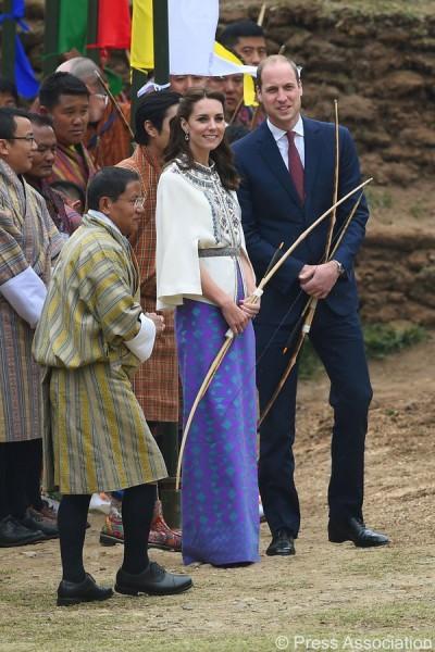 Também usou peças feitas localmente, como esta saia no Butão - Crédito: Reprodução/Twitter