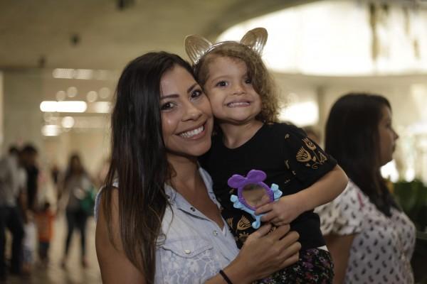 A ex-BBB e blogueira Karla Patrícia com a filha Carol - Crédito: Gustavo Glória/Divulgação