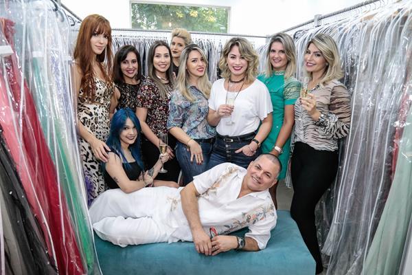 Luiz Peixoto e suas bloggers - Crédito: Gleyson Ramos/Divulgação