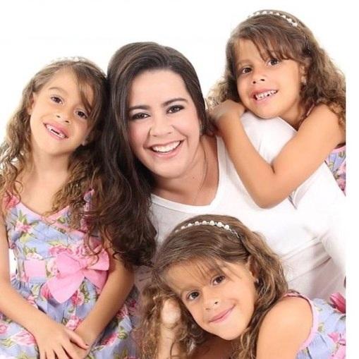 Manuela e as filhas Marina, Letícia e Júlia. Crédito: Arquivo pessoal / Divulgação