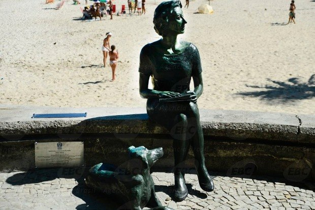 Estátua de Clarisse Lispector atrai turistas no Leme Foto: Agência Brasil