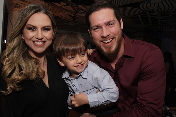 Mariana Carvalho com o filho e o marido, Bosquinho Lacerda - Crédito: Roberto Ramos/DP