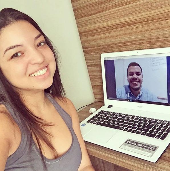 O coach Felipe Romariz também faz sessões online com as blogueiras - Crédito: Reprodução/Instagram
