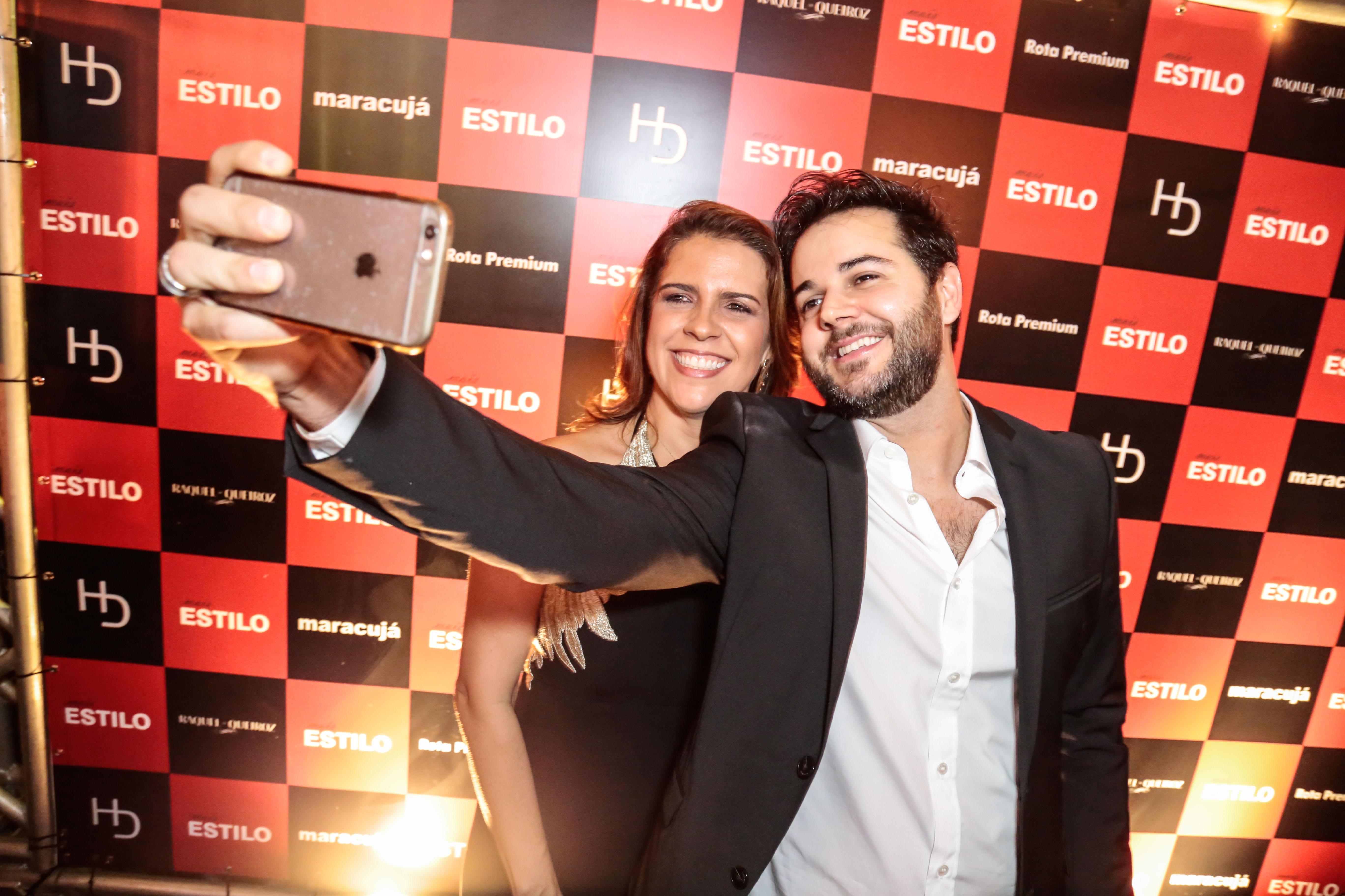 Momento selfie: Cristina Melo e Heracliton Diniz - Crédito: Gleyson Ramos/Divulgação