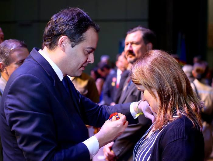 O governador Paulo Câmara entrega a medalha à primeira-dama Ana Luiza Câmara/Wagner Ramos/Divulgação