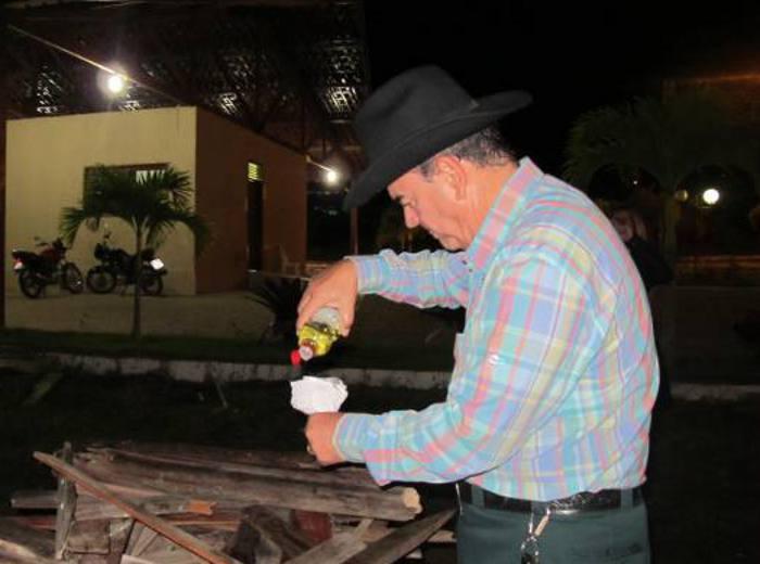 Mário Gil acendendo a fogueira
