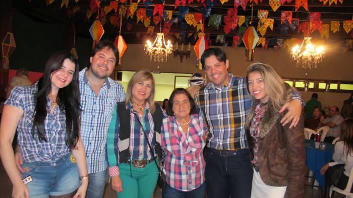 Dina Rodrigues com a mãe, os filhos Fábio e Felipe e as noras Cassia e Renata