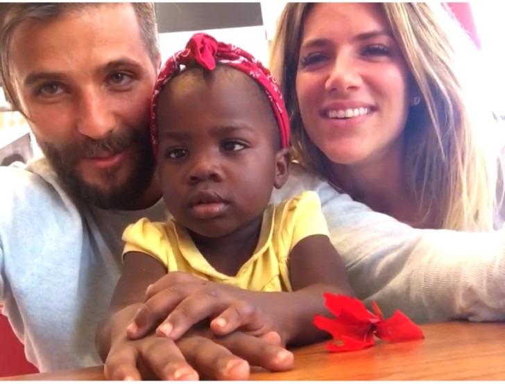 Bruno Gagliasso e Giovanna Ewbank com a pequena Chissomo, a filha adotiva do casal - Crédito: Ana Clara Marinho/Blog Viver Noronha
