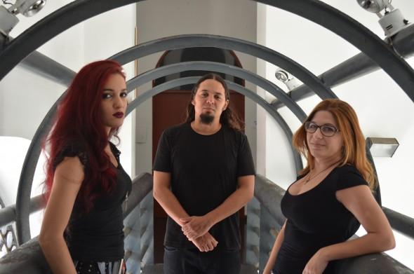 Na foto, a banda de metal Seeds of Destiny. Da esquerda pra direita, os vocalistas Amanda Lins, William Lira e a pianista Thais Lopes. Crédito: Malu Cavalcanti/ Esp. DP - Blog Joao Alberto