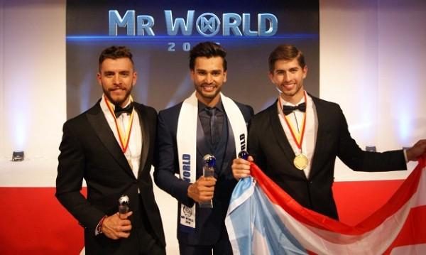 O vencedor, no meio, ladeado pelo segundo e terceiro colocados - Crédito: Reprodução/Mr. World