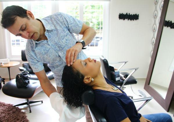 Amassar os cabelos com uma toalha ajuda a moldar os cachos - Crédito: Karina Morais/Esp.DP