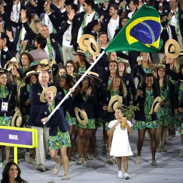 Yane Marques foi a porta-bandeira do Brasil - Crédito: Reprodução/Twitter