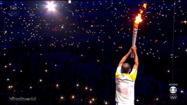 Vanderlei Cordeiro de Lima acendeu a Pira Olímpica - Crédito: Reprodução/Twitter