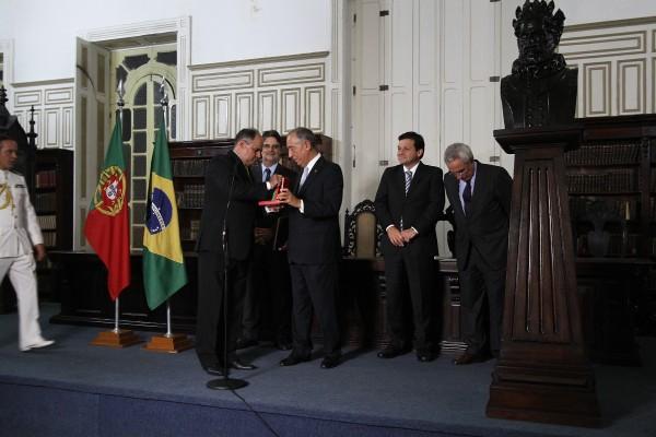 O presidente Marcelo Rebelo recebeu homenagem das mãos de Celso Gaspar -  Credito: Roberto Ramos/DP