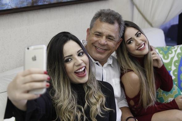 Vandeck Egito com as filhas Maria Claudia e Maria Eduarda. Crédito: Ricardo Fernandes / DP