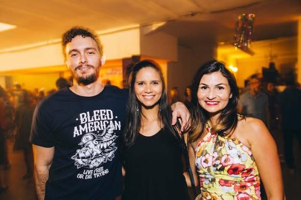 Victor de Andrade, Fabíola Barros e Janete Andrade. Crédito: Lana Pinho / Divulgação