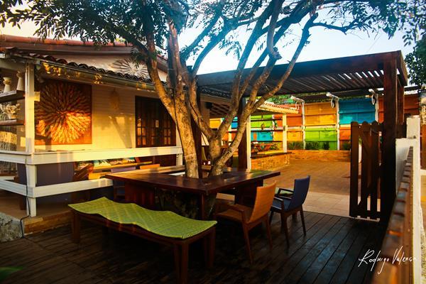 A famosa mesa da árvore do Varanda é ponto de encontro de amigos e conversas - Crédito: Rodrigo Valença/Divulgação