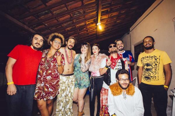 Lala K e Allana Marques com a turma da Dunas do Barato, convidados da noite - Crédito: Lana Pinho/Divulgação