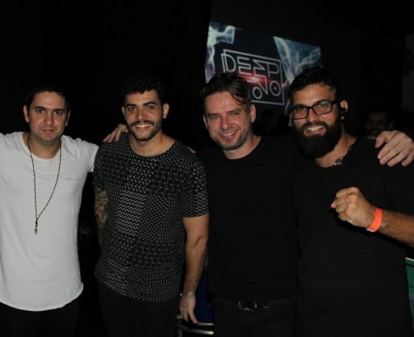 O produtor da festa com os DJ Wolf Player e o duo Plastic Robots -  Crédito: Bia Chaves/Divulgação
