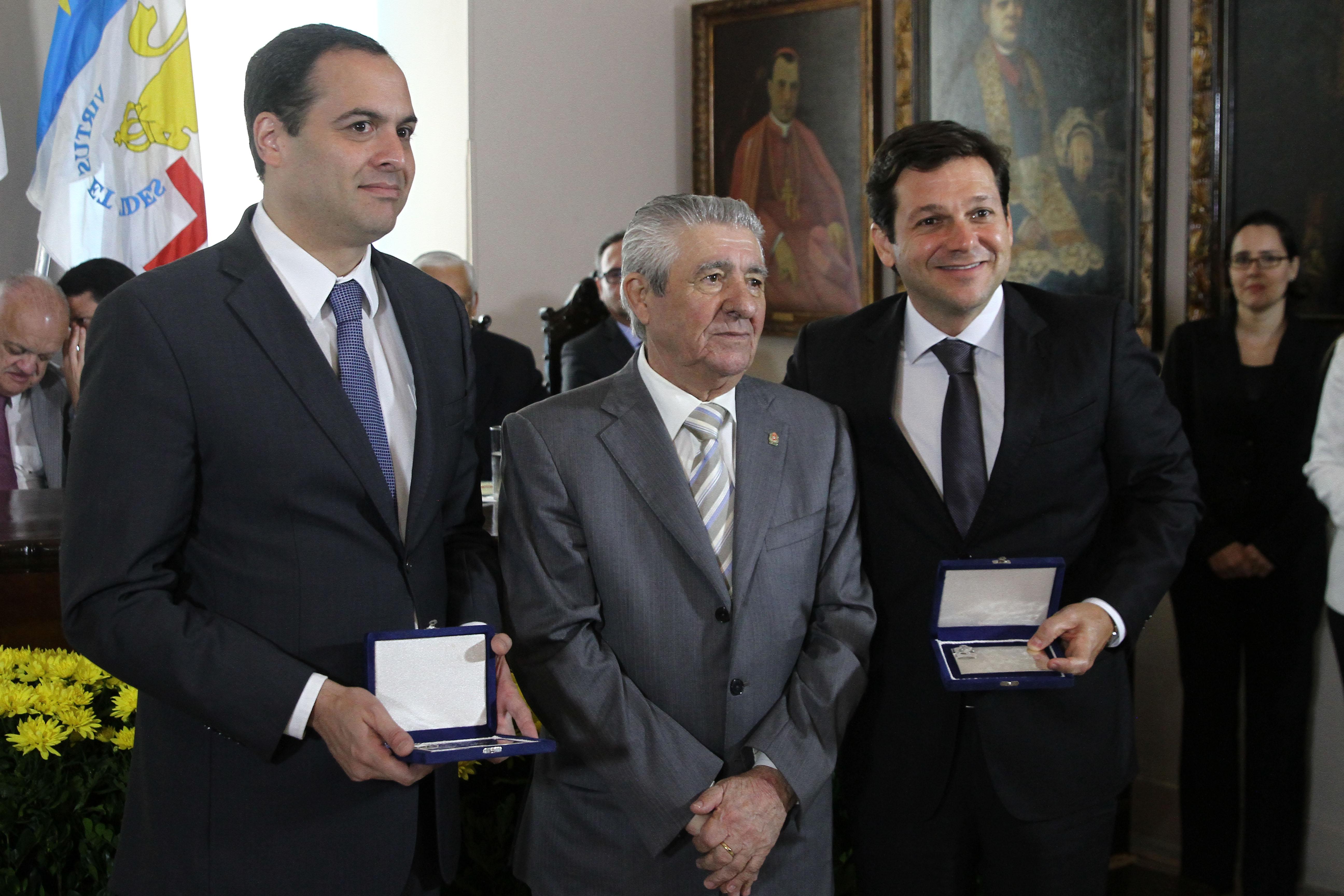 O governador Paulo Câmara, Alberto Ferreira Costa e o prefeito Geraldo Julio. Credito: Julio Jacobina/DP Gov.