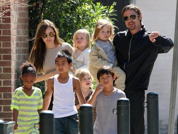 Angelina e Brad com os filhos - Crédito: Reprodução/Twitter