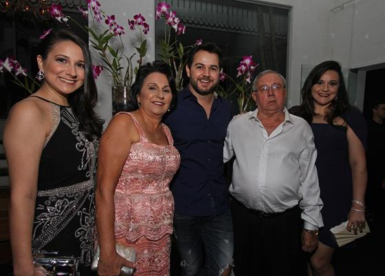 A família Diniz reunida: Meyriane, Francisca, Heracliton, João e Magda Diniz - Crédito: Roberto Ramos/DP