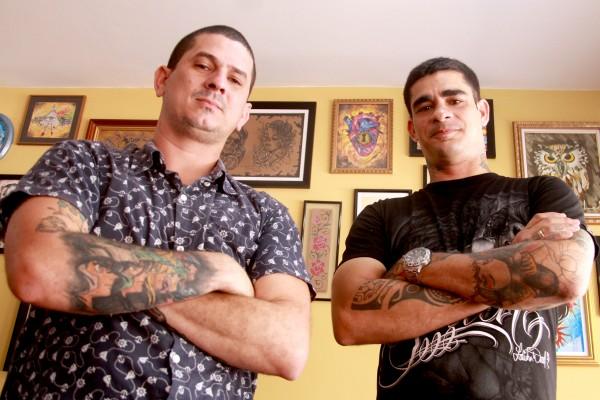 Os tatuadores Thiago e Eduardo - Crédito: Divulgação/Tatuaria