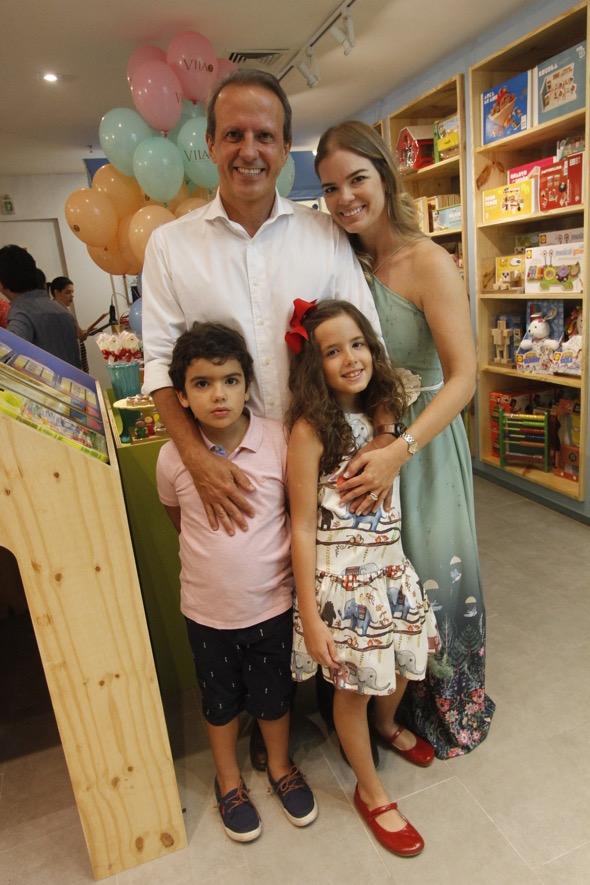 Juliana Lins acompanhada do marido Carlos Augusto e dos filhos Carlinhos e Maria Letícia. Crédito: Ricardo Fernandes / DP
