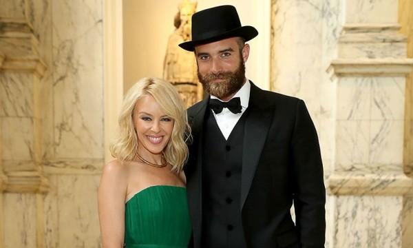 Kylie Minogue e Joshua Sasse - Crédito: Reprodução/Twitter