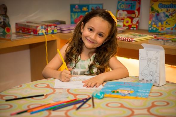 Livro vem encartado com envelope para a criança montar, colorir e enviar as suas chupetas para Pipo. Crédito: Inês Campelo / Divulgação