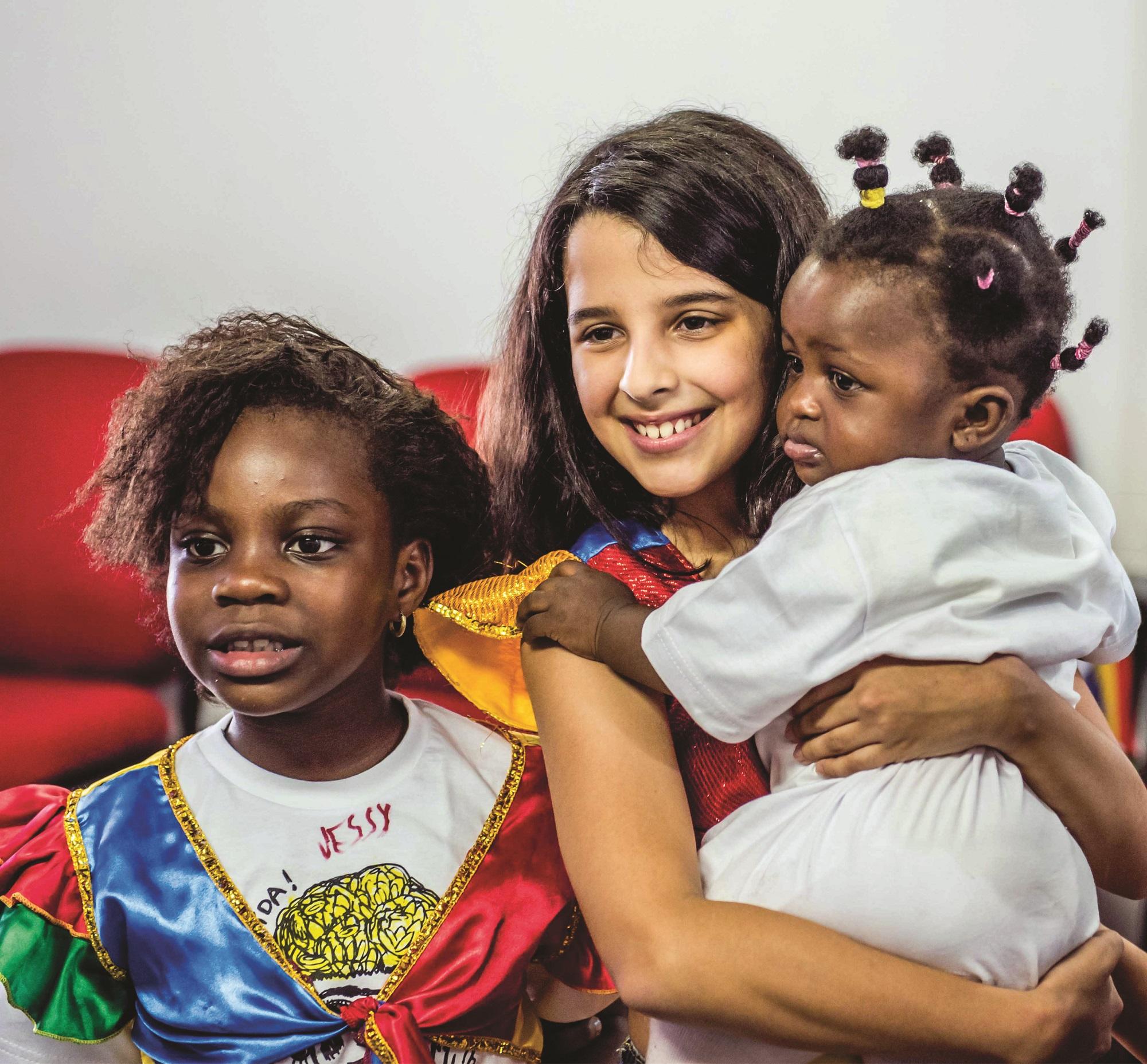 sophia-com-criancas-refugiadas