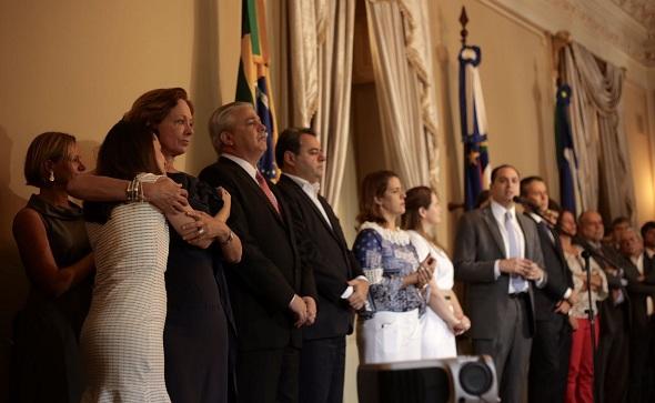 Rebeca Duque e Marta Lima, esposa e mãe de Camilo, participaram da solenidade hoje, no Palácio das Princesas. Crédito: Aloísio Moreira / Divulgação