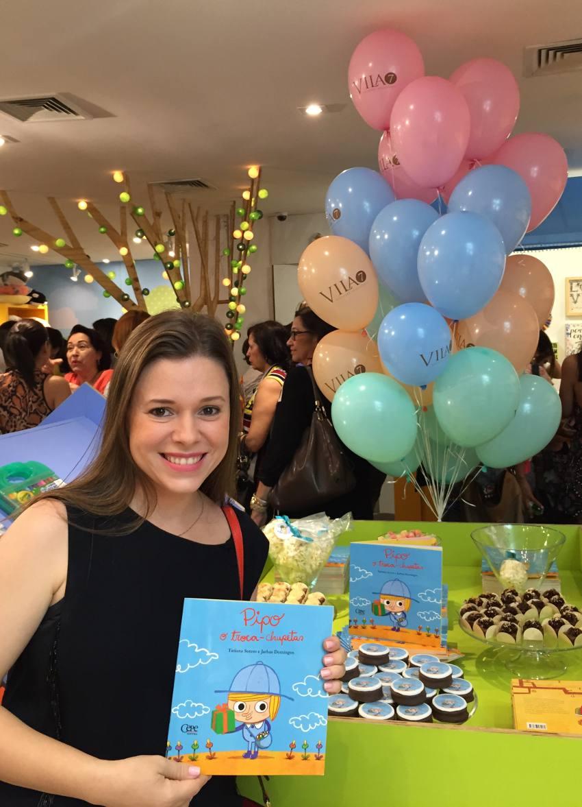 Mariana Parini e seus alfajores com capa do livro