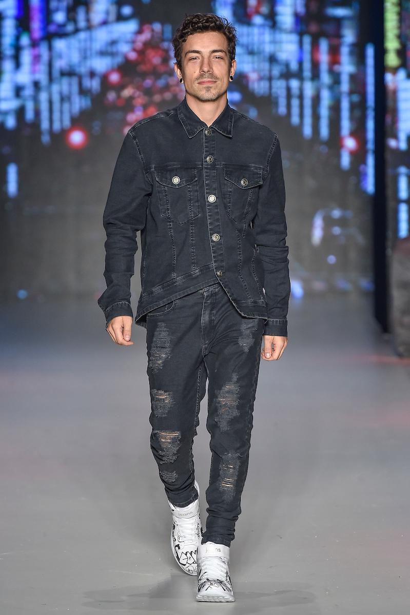 Di Ferrero na passarela vestindo look all jeans - foto: Ze Takahashi / FOTOSITE