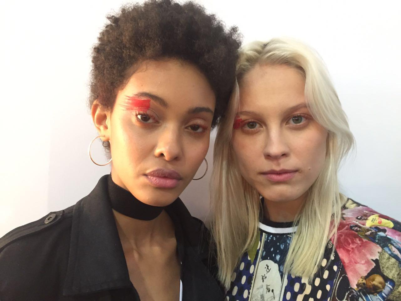 As modelos prontas antes de entrar na passarela. A make explorou cor vermelha nas pálpebras dos olhos - Crédito: Thayse Boldrini/DP