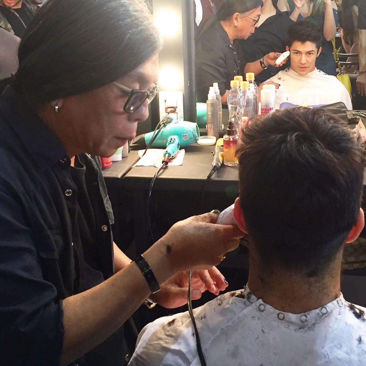 Celso Kamura cortando o cabelo de Arthur Nory - Crédito: Thayse Boldrini/DP
