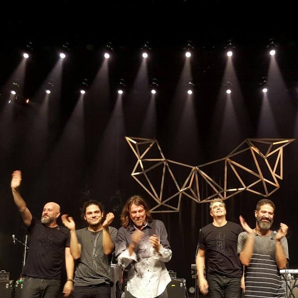 """Lenine e banda em show da turnê """"Carbono"""" - Crédito: Reprodução/Facebook"""