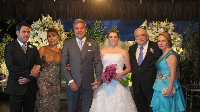 Os noivos, com o irmão e a mãe dele e os pais dela