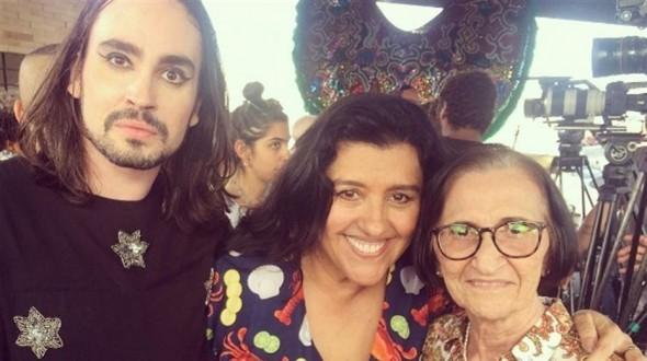 Johnny Hooker e a avó, levou a avó, Dona Gilce, ao lado de Regina Casé. Crédito: Reprodução/ Instagram