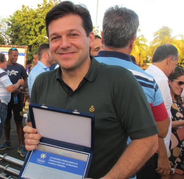 Geraldo Julio recebeu placa